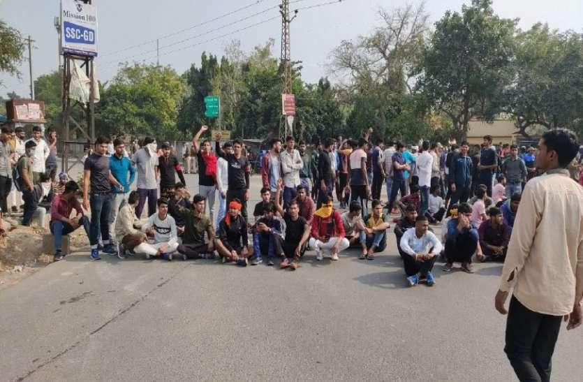 अलवर के युवाओं ने स्टेडियम खोलने की मांग को लेकर जाम लगाया, कलक्टर से बोले अब किसानों की तरह सड़क पर उतरेंगे
