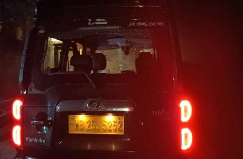 West Bengal: भाजपा नेता की गाड़ी रोककर बम व गोलियों से हमला, हालत गंभीर