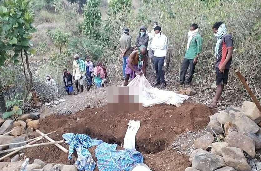 तहसीलदार की मौजूदगी में पुलिस ने कब्र से निकलवाया युवक का शव, दबाव में किया था अंतिम संस्कार
