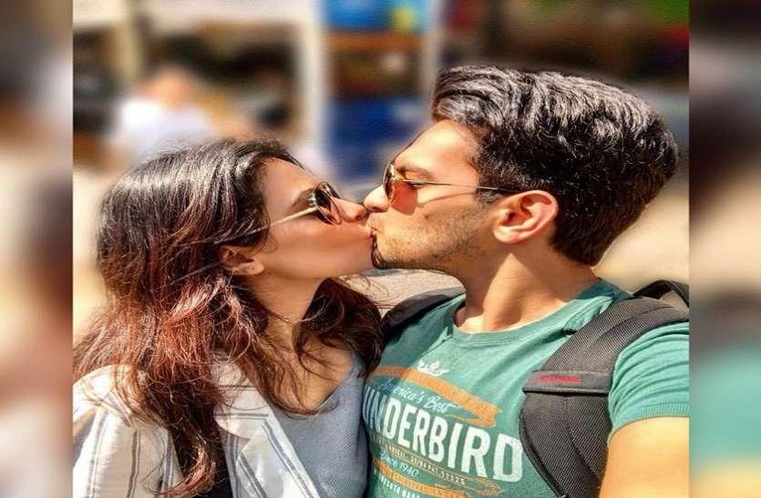 खुलेआम पत्नी श्वेता को Kiss करते हुए Aditya Narayan ने शेयर की तस्वीर, भारती सिंह ने लिए कपल के खूब मजे