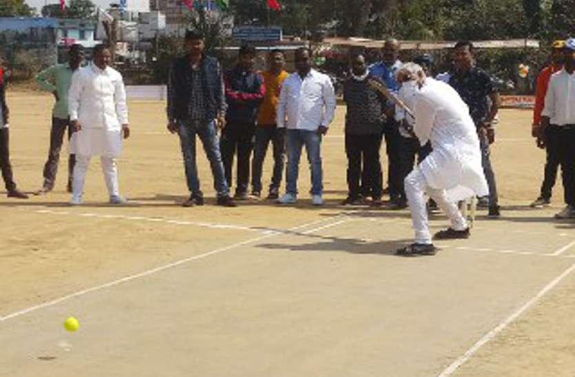 मां महामाया कप क्रिकेट प्रतियोगिता सीजन-3 का शुभारंभ, स्वास्थ्य मंत्री टीएस ने खेले बेहतरीन शॉट्स