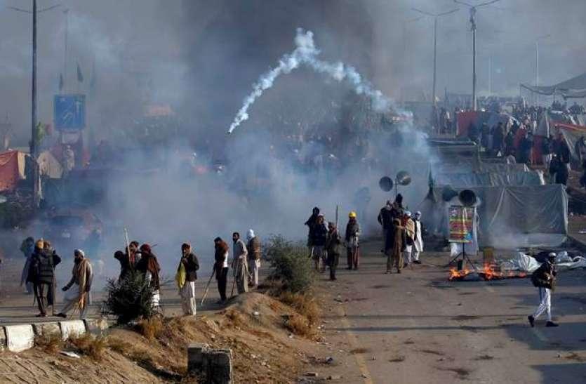 PAK मंत्री का बेतुका बयान, कहा- 'बहुत दिन से रखे थे आंसू गैस के गोले, इसलिए प्रदर्शनकारियों पर किया गया टेस्ट'