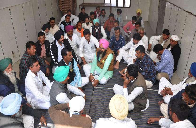 किसान महापंचायत के लिए गांव-गांव में पहुंच रहे किसान