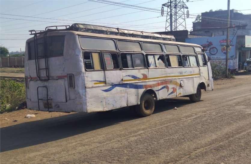 जान जोखिम में डाल खटारा बसों से यात्रा करने मजबूर यात्री
