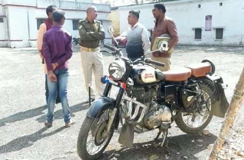 गोवंशों से भरे ट्रक चालक ने पुलिसकर्मी को कुचलने का किया प्रयास, दो गिरफ्तार