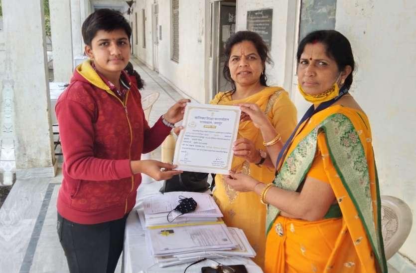 सलोनी गौतम को बालिका प्रोत्साहन पुरस्कार