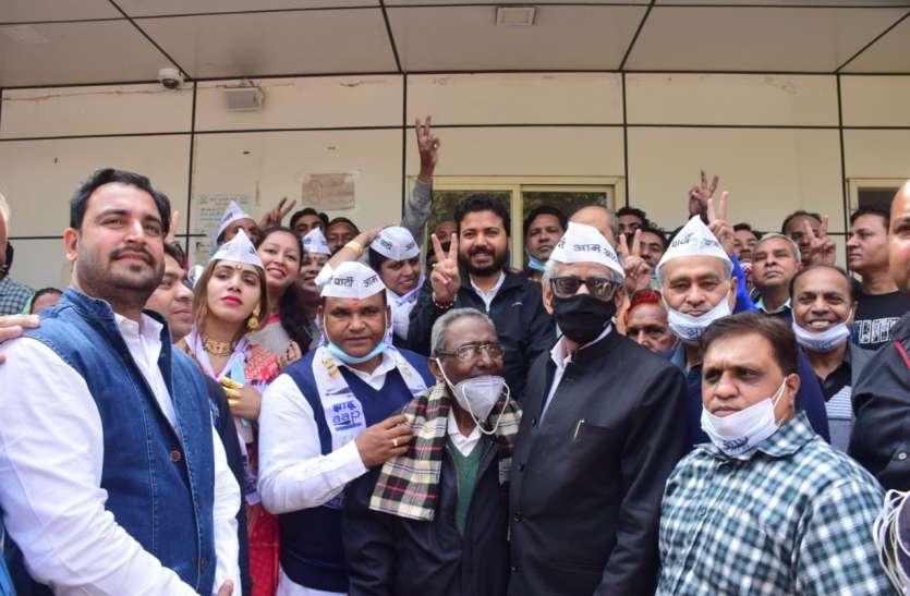 भाजपा के बाद आप ने दिया कांग्रेस को झटका, पार्षद गुड्डी देवी जाटव समेत कई ने थामी झाड़ू