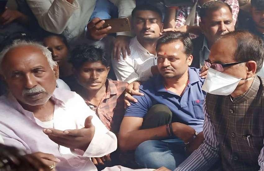 सीधी बस दुर्घटना पीड़ित के घर पहुंचे सीएम शिवराज सिंह चौहान