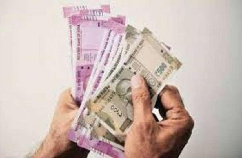 बैंक में रुपए जमा कराने आए युवक से 70 हजार की ठगी