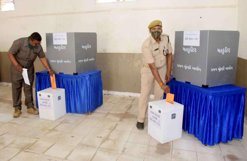 पुलिस अधिकारियों एवं कर्मचारियों ने किया डाक मत पत्रों से मतदान