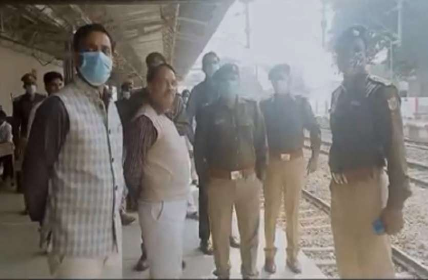 रेल रोको आंदोलन के चलते प्रशासन अलर्ट, डीएम और एसपी रेलवे स्टेशन और रेलवे ट्रैक का किया मुआयना
