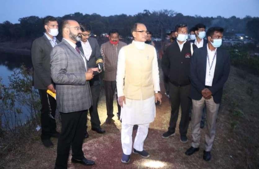 मुख्यमंत्री ने गायत्री और सावित्री सरोवरों का किया निरीक्षण, सरोवरों को अतिक्रमणमुक्त करने दिए निर्देश