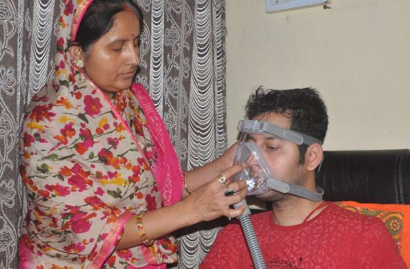 बेटे की सांसों पर पहरा देकर बैठी मां की अटूट प्रार्थनाएं