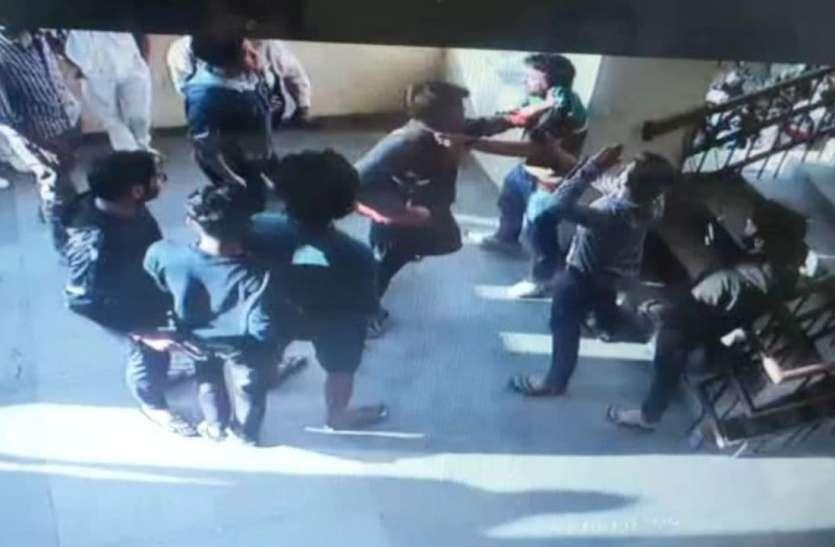 आरएनटी की केंटीन में एमबीबीएस छात्रों ने नर्सिंगकर्मी को पीटा