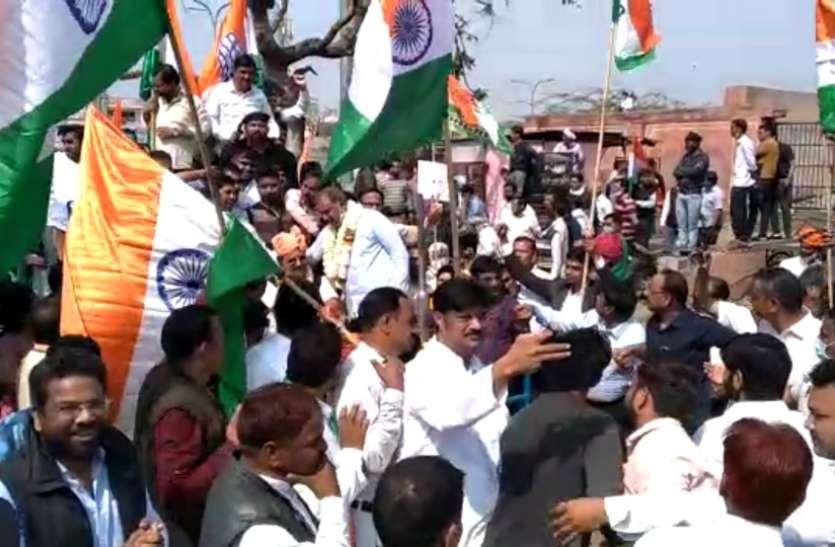 किसानों के समर्थन में कांग्रेस ने निकाली पदयात्रा, उड़ी कोरोना गाइडलाइन की धज्जियां