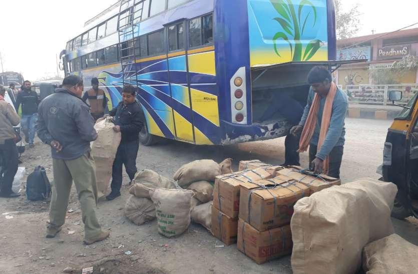 नागपुर-रीवा तक बस के बौनट पर यात्रियों को यात्रा कर रहे परिचालक, रास्ते में चालक को दो बार आई झपकी