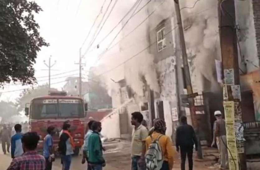 बोर्ड और फ्लैक्स बनाने की कंपनी में शॉर्ट सर्किट से आग लगी, लाखों का माल जला