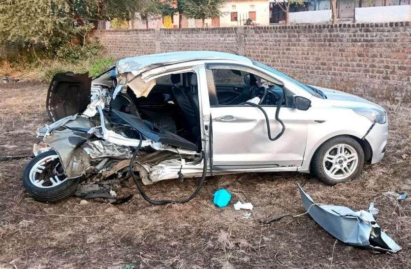 ओंकारेश्वर से लौट रही कार को पीछे से मारी टक्कर, सीट बेल्ट बांधने से बची दो लोगों की जान