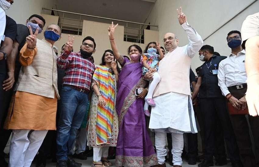 केन्द्रीय गृहमंत्री अमित शाह ने परिवार के साथ किया मतदान, कहा, 'विकास' की होगी विजय