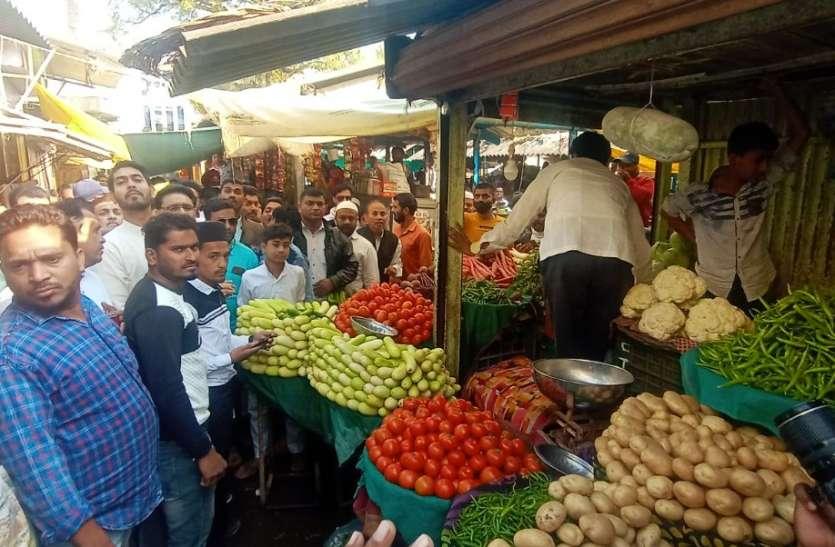 गुलाब का फूल देकर कांग्रेस ने की गांधीगिरी, तब जाकर बंद हुई बाजार की दुकानें