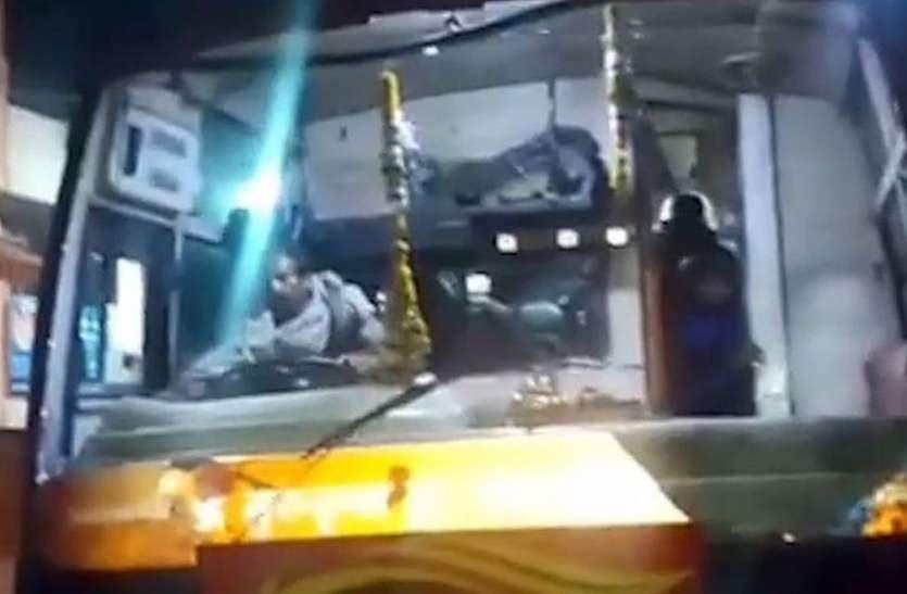 यात्री बस पर पथराव, दो जिलों की पुलिस ने शुरु की सर्चिंग