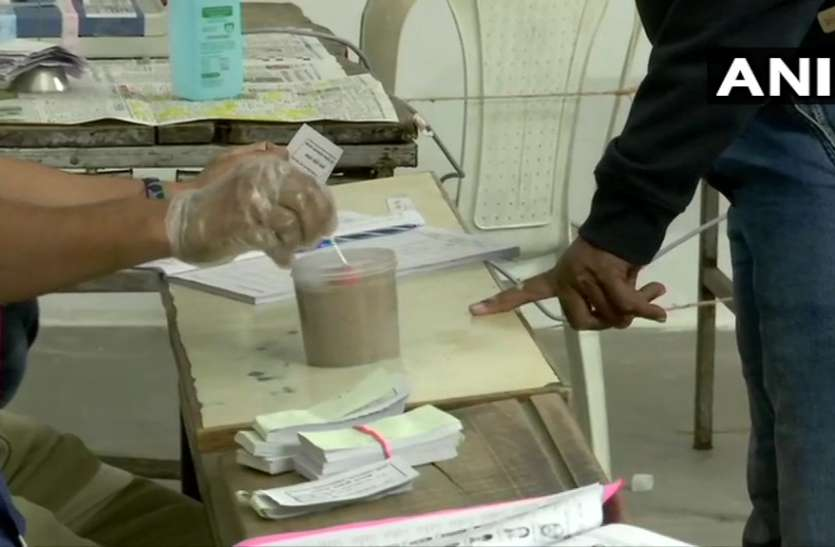 गुजरात: निकाय चुनाव के लिए मतदान शुरू, छह नगर निगमों में रूपाणी सरकार की परीक्षा