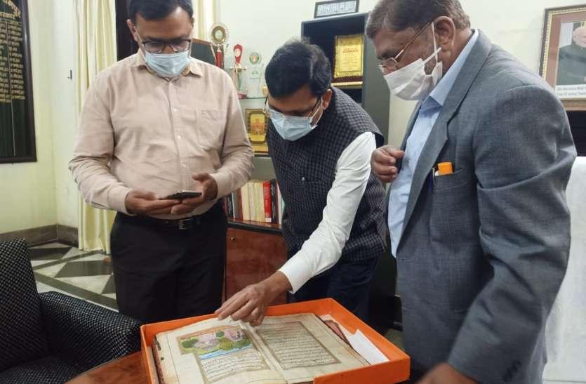 संस्कृति राज्य मंत्री के निजी सचिव पहुंचे रजा लाइब्रेरी. शेर की खाल पर लिखी रामायण को पढ़कर दिखे खुश