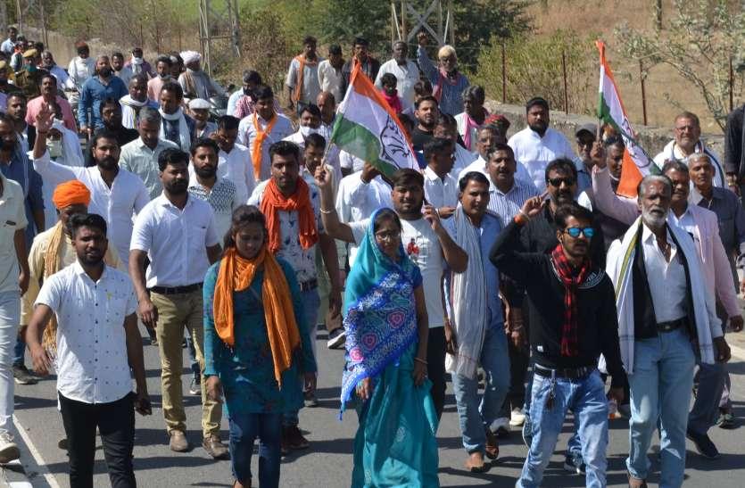 कांग्रेस ने खोला मोर्चा, किसान समर्थन में मार्च