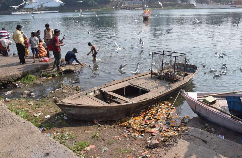 कितना स्वार्थी हो गया इंसान! आशीर्वाद लेने आए थे, बदले में नर्मदा के अमृततुल्य पानी में कचरे का अम्बार लगा गए