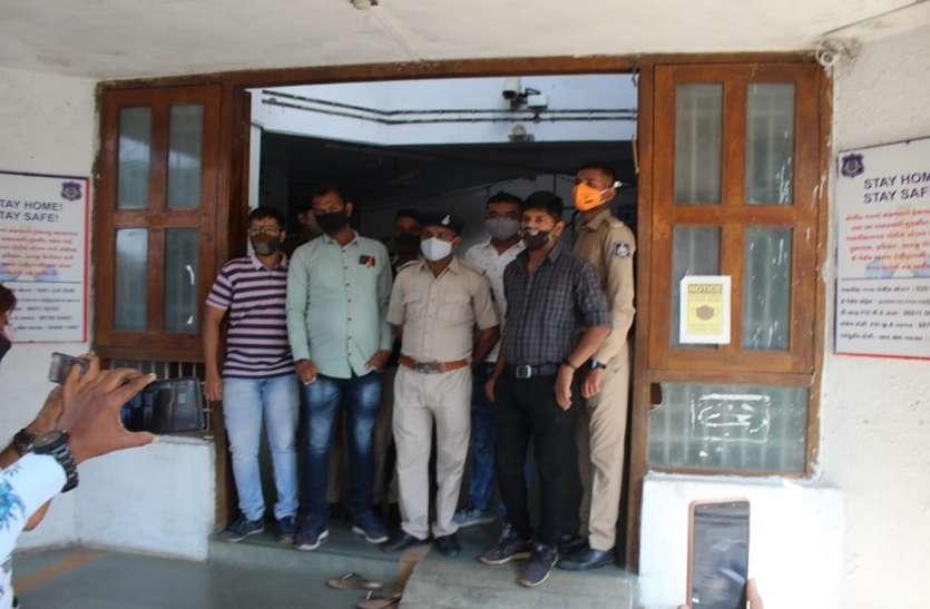 Ahmadabad News : पुलिस थाने में किन्नरों का हंगामा, विरोध प्रदर्शन
