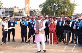 VIDEO: क्रिकेट की पिच पर सीएम शिवराज का शॉट