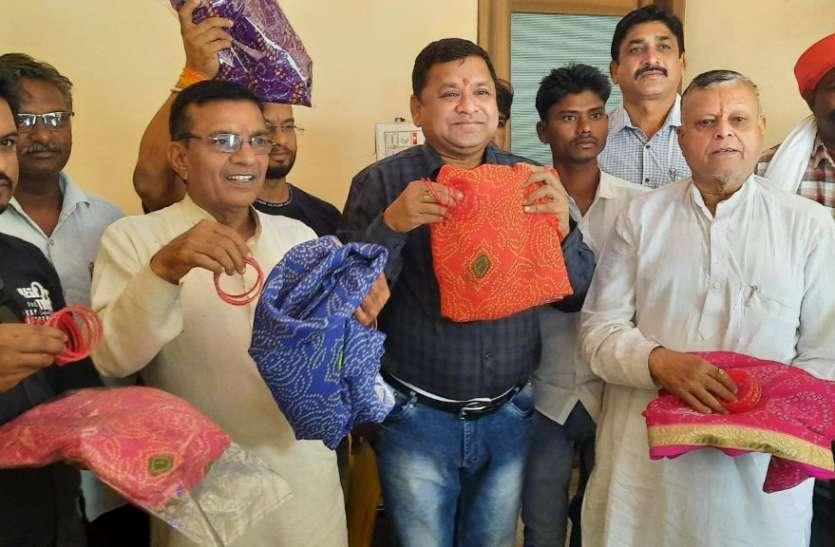 विरोध: सीएम शिवराज सिंह को कांग्रेस नेताओं ने भेजा पेटीकोट और चूड़ी