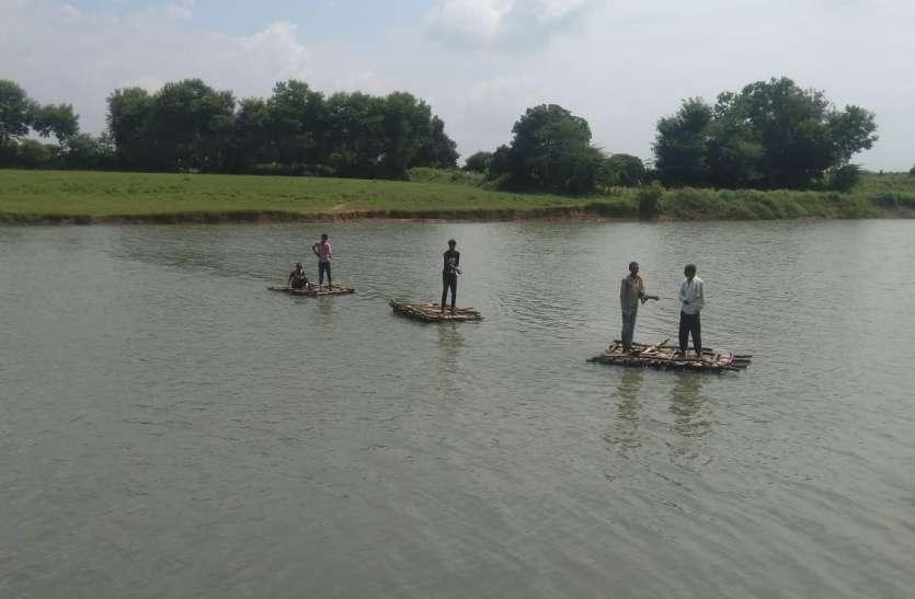 नदी पार करने किसान ले रहे जुगाड़ की नाव का सहारा