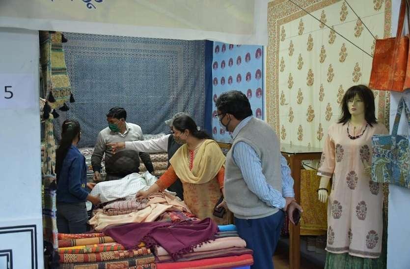 राजस्थानी परंपरागत साडिय़ां और परिधान आकर्षण का केन्द्र