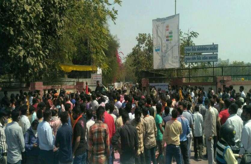 गुजरात कॉलेज के बाहर जमकर उड़ी गुलाल
