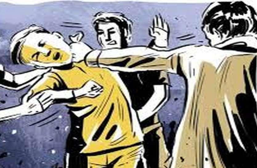 बहन से छेड़छाड़ के आरोप में युवक का अस्पताल से अपहरण कर पीटा