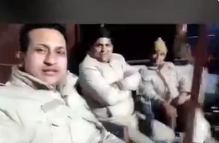 सोशल मीडिया पर Pawri हुआ ट्रेंड, पुलिस वाले भी करने लगे इनका इंतजार- देखें मजेदार Video
