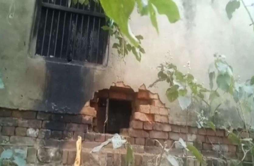 पुलिस को चुनौती देकर चोरों ने बैंक को बनाया निशाना, दीवाल में सेंध काटकर तोड़े ताले