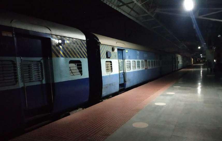 Railway: महज 62 यात्रियों ने किया ट्रेन में सफर, 755 रुपए की हुई कमाई