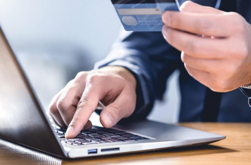 डेबिट कार्ड का इस्तेमाल करते वक्त भूलकर भी न करें ये गलतियां, नहीं तो बैंक अकाउंट हो सकता है साफ