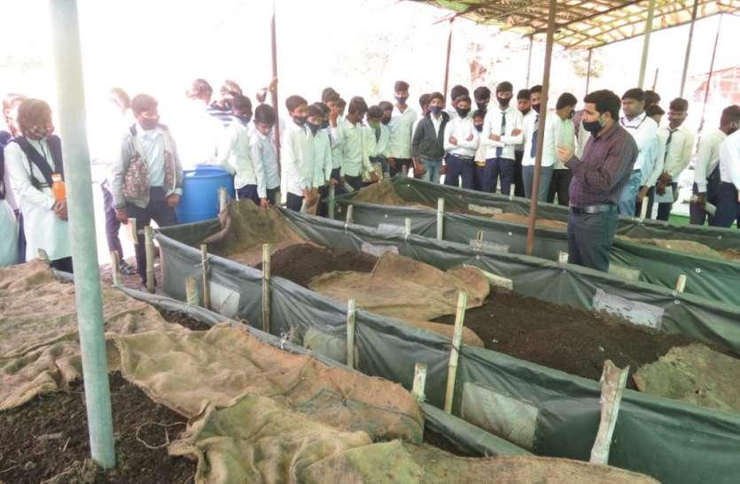 केचुआ खाद व उत्पादन तकनीक का छात्र-छात्राओं को दिया गया प्रशिक्षण