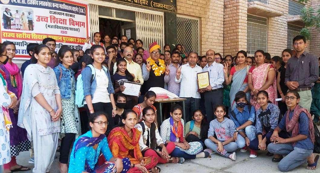 कॉलेज प्राचार्य को उच्च शिक्षा शिक्षक सम्मान, छात्राओं ने किया अभिनंदन