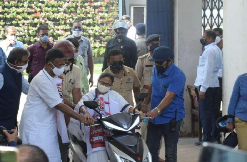 ई स्कूटर से गिरते गिरते बची मुख्यमंत्री ममता बनर्जी