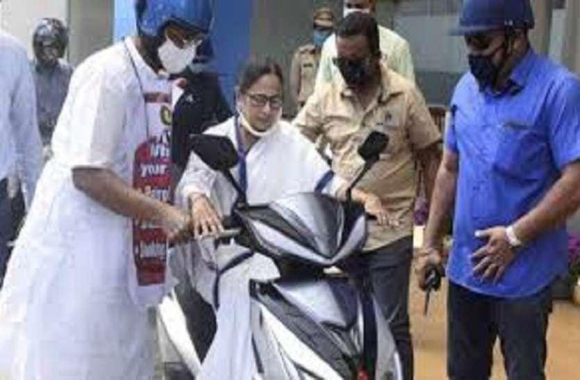 ममता बनर्जी ने पेट्रोल के दामों में बढ़ोतरी के विरोध में इलेक्ट्रिक स्कूटर चलाई, गिरने से बाल-बाल बचीं
