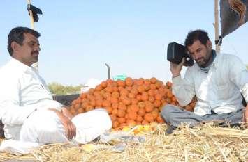 राज्य का पहला डिजिटल बजट रेड़ियो पर सुनते किसान