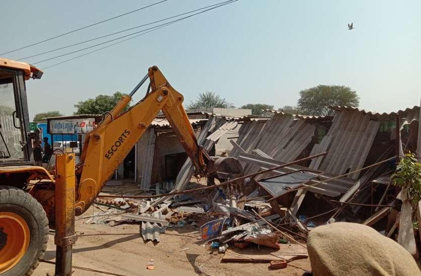 गिरधरपुरा टोल प्लाजा पर आधा दर्जन से अधिक दुकानों को तोड़ा