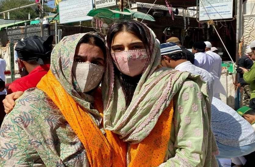 Sara Ali Khan मां अमृता के साथ पहुंचीं अजमेर शरीफ की दरगाह पर, तस्वीरें शेयर कर बोलीं- जुम्मा मुबारक