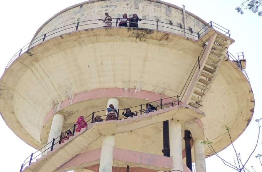 राजस्थान में पानी की समस्या शुरू, मांग को लेकर पानी की टंकी पर चढ़ी महिलाएं, प्रदर्शन किया
