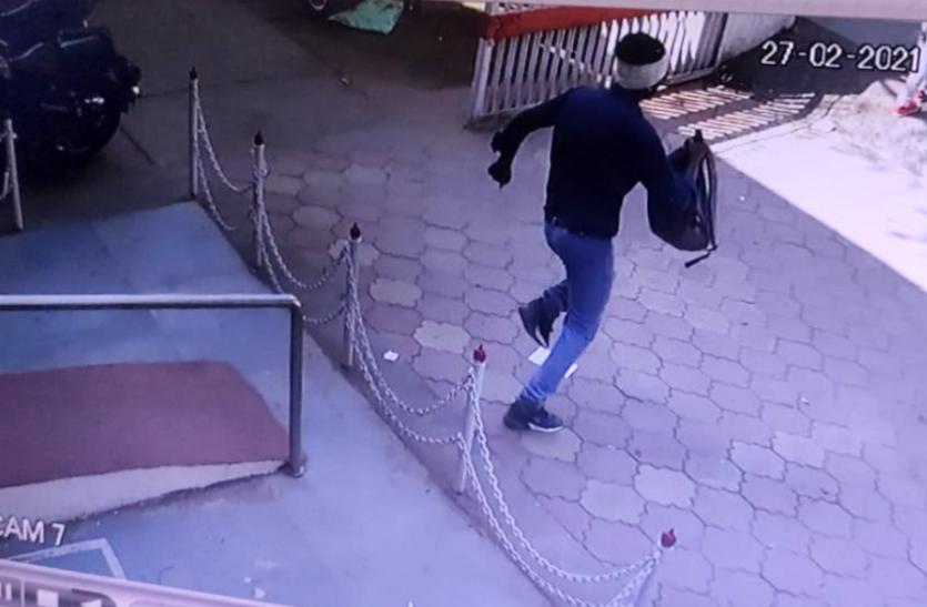 दिन दहाड़े लूट : डाकघर में घुसकर रुपयों से भरा बैग लूटकर भाग रहा था बदमाश, लोगों ने पकड़कर किया ये हाल
