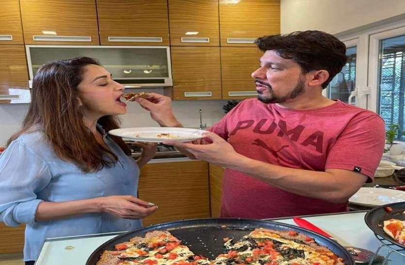 Madhuri Dixit के लिए पति श्रीराम नेने ने बनाया पिज्जा, अपने हाथों से खिलाते हुए दिखे.. फैंस कर रहे जमकर तारीफ